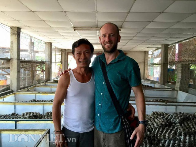 Khách du lịch thường xuyên ghé thăm trại dế của anh Trương Thanh Dũng, vừa thăm quan, vừa thưởng thức những món ăn chế biến từ dế. Ảnh: Hữu Danh (Danviet).