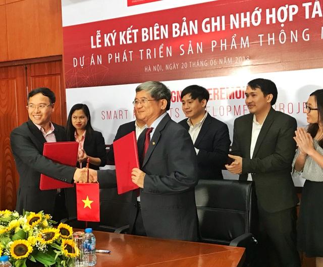 Ông Bùi Quang Ngọc, Tổng Giám đốc FPT (giữa) hy vọng hợp tác sẽ giúp Việt Nam đạt một bước tiến nữa trong cuộc cách mạng Công nghiệp 4.0.