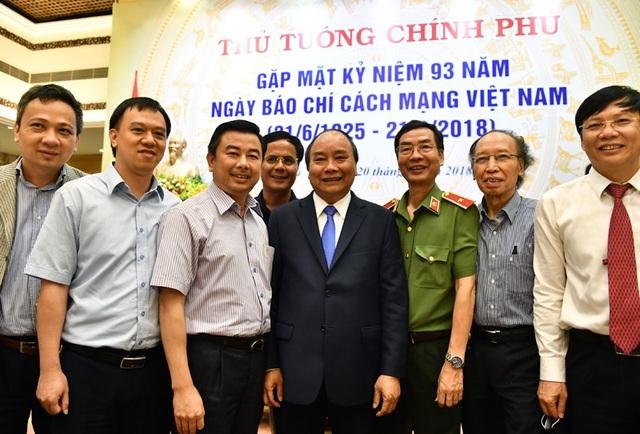 Thủ tướng chụp ảnh kỷ niệm cùng Tổng Biên tập báo Dân trí Phạm Huy Hoàn (thứ 2 từ phải qua) và lãnh đạo các cơ quan báo chí khác (ảnh: Hoàng Hà)