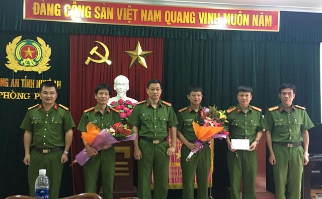Thay mặt Ban Giám đốc Công an Nghệ An, Đại tá Nguyễn Mạnh Hùng, Phó Giám đốc Công an tỉnh Nghệ An gửi lời chúc mừng và thưởng nóng cho Ban chuyên án đã có thành tích xuất sắc phá thành công.