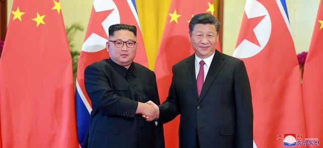 Hình ảnh được KCNA công bố ngày 20/6 cho thấy nhà lãnh đạo Triều Tiên Kim Jong-un bắt tay Chủ tịch Trung Quốc Tập Cận Bình tại Bắc Kinh.