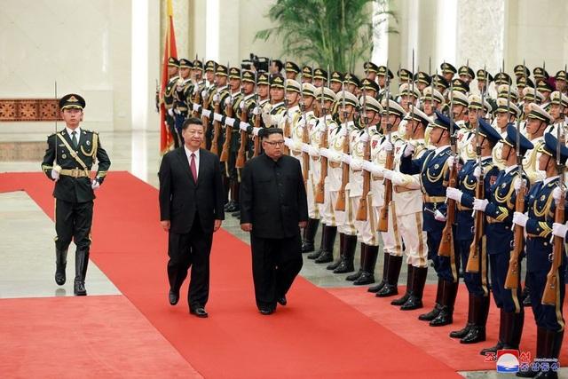 Nhà lãnh đạo Triều Tiên duyệt đội danh dự trong lễ đón chính thức tại Bắc Kinh.