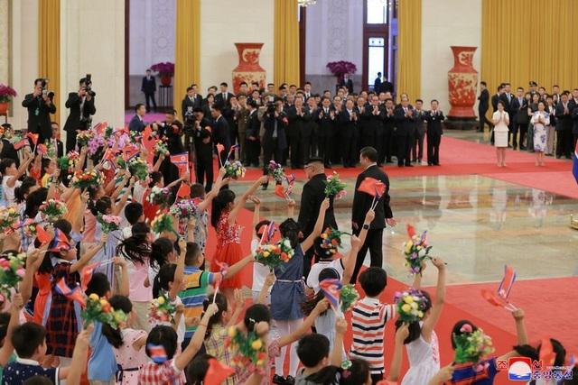 Truyền thông Trung Quốc cho biết Chủ tịch Tập Cận Bình đã đón tiếp ông Kim Jong-un với nghi thức trọng thế.