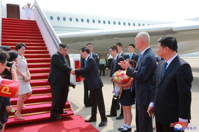 Một bức ảnh cho thấy ông Kim Jong-un bắt tay với các quan chức Trung Quốc sau khi máy bay của ông hạ cánh xuống Bắc Kinh.
