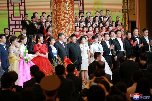 Nhà lãnh đạo Triều Tiên Kim Jong-un cùng phu nhân Ri Sol Ju đứng cạnh Chủ tịch Trung Quốc Tập Cận Bình và phu nhân Bành Lệ Viện trong một sự kiện tại Bắc Kinh.