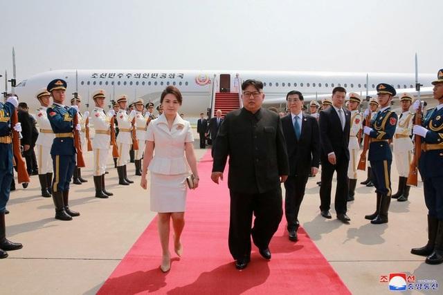Đệ nhất phu nhân Triều Tiên Ri Sol Ju cũng tháp tùng chồng tới Bắc Kinh lần này, tương tự chuyến thăm đầu tiên của ông Kim Jong-un tới Trung Quốc hồi tháng 3.