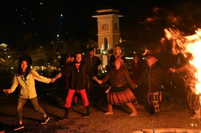 Hoặc là quây quần bên đống lửa ở khu chợ tình, hát điệu dân ca Tây Bắc, nắm tay nhảy múa hát ca. Đêm càng xuống càng lạnh hơn, trốn ở đây nhé - Fansipan.