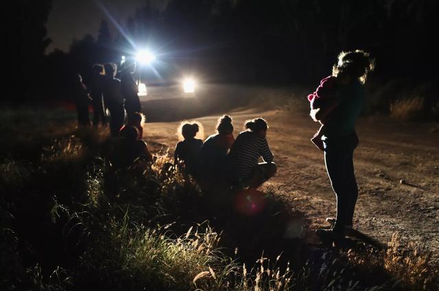 Chính sách mới về vấn đề nhập cư, tỵ nạn của ông Trump khiến nhiều gia đình ly tán.