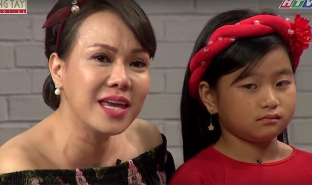 Việt Hương chia sẻ, nếu chị Hà - chị gái của Việt Hương xem được chương trình này sẽ khóc rất nhiều bởi hoàn cảnh của 2 bé rất giống cuộc sống của hai chị em khi còn bé.