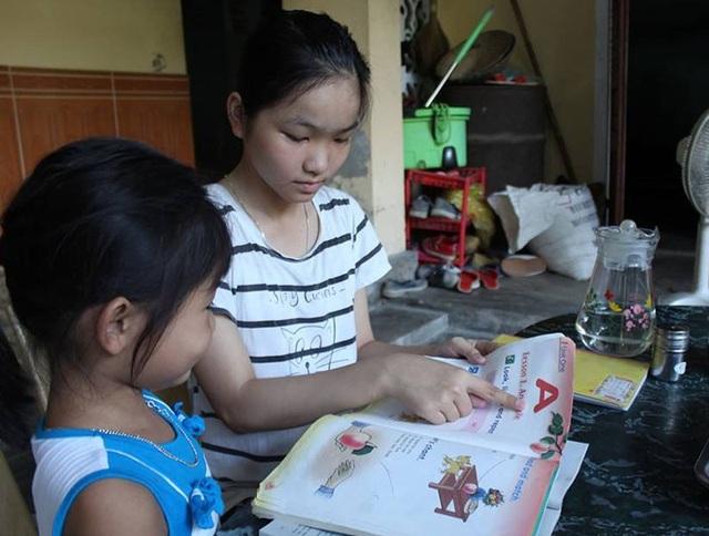 Thời gian rảnh, Việt Hà thường làm việc vặt giúp gia đình và chỉ cho em gái học.