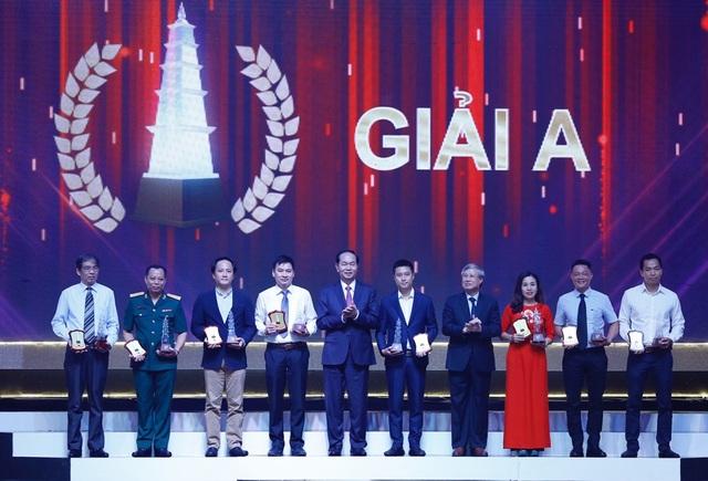 Chủ tịch nước Trần Đại Quang và Thường trực Ban Bí thư Trần Quốc Vượng đã trao 8 giải A cho tác giả và nhóm tác giả đoạt Giải Báo chí Quốc gia lần thứ XII - năm 2017. (ảnh: Quý Đoàn)