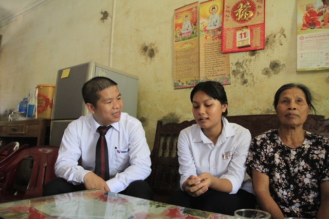 Đại diện BTC chương trình Tiếp sức mùa thi, ông Trịnh Văn Hào - Giám đốc Marketing Tập đoàn Thiên Long thăm hỏi và động viên một thí sinh khó khăn.