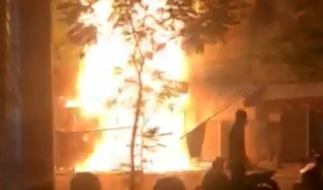Nhà 5 tầng gần Chợ Lớn cháy ngùn ngụt giữa đêm khuya - 1