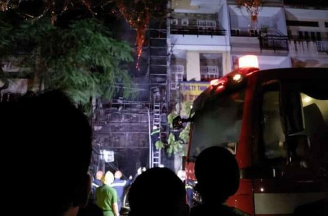 Nhà 5 tầng gần Chợ Lớn cháy ngùn ngụt giữa đêm khuya - 4