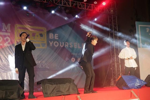 Nhóm nhạc trẻ Monstar với 3 thành viên nhận được nhiều sự cổ vũ nồng nhiệt của các fan nữ