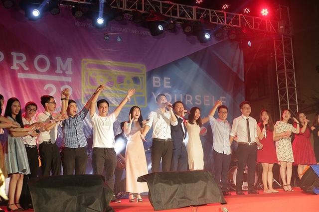 Khi những giai điệu ngọt ngào của Như ngày hôm qua vang lên, hàng trăm sinh viên K59 của nhà trường cùng nhau lên sân khấu và hòa giọng cùng nhau dưới mưa