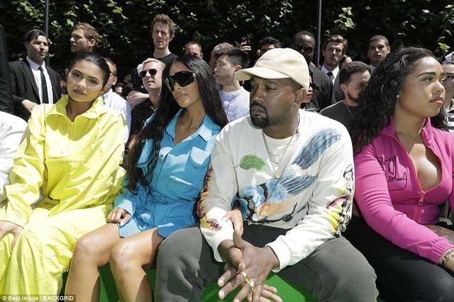 Đi cùng với họ là em gái Kylie Jenner và bạn trai Travis Scott
