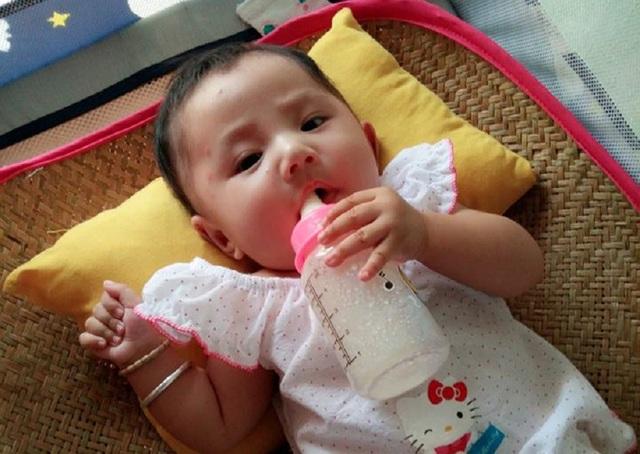 Đứa con gái nhỏ chưa một lần biết đến mùi vị của sữa mẹ