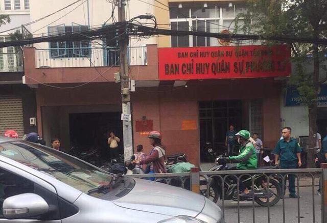Truy tìm 2 thanh niên nghi ném chất gây nổ vào trụ sở công an phường - 2