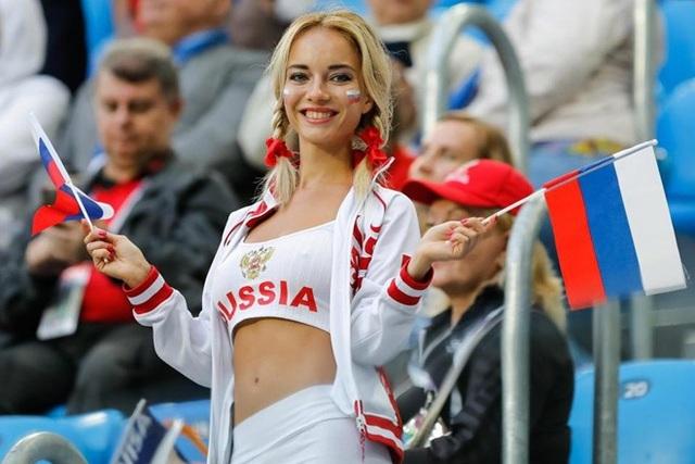 Fan nữ xinh nhất Nga hóa ra là hoa hậu từng đóng phim 18+ - 6