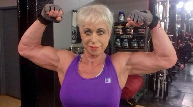 Dù mới phải thay khớp hông năm ngoái vì chứng viêm khớp nhưng bà Angela vẫn có thể nâng tạ 65 kg