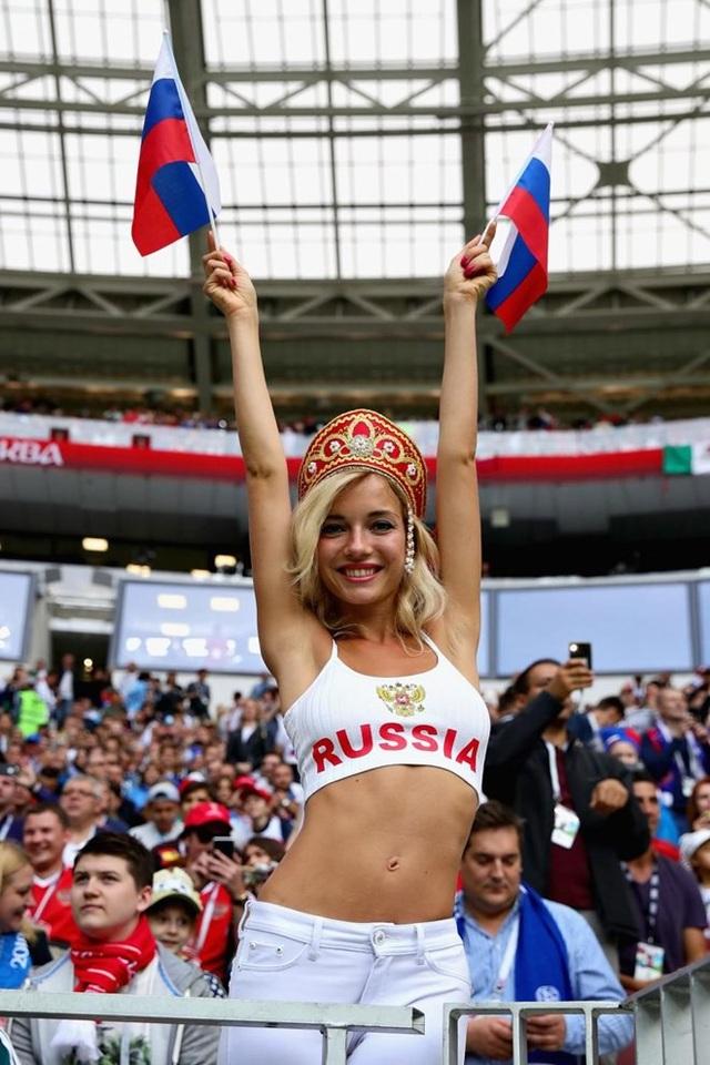 Fan nữ xinh nhất Nga hóa ra là hoa hậu từng đóng phim 18+ - 8