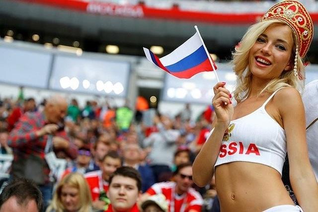Fan nữ xinh nhất Nga hóa ra là hoa hậu từng đóng phim 18+ - 9