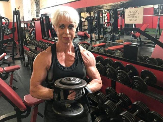 Trong quá khứ, kể cả khi bị bó bột, bà Angela vẫn cố gắng đến phòng tập thể dục