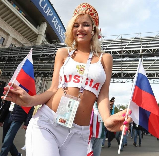 Fan nữ xinh nhất Nga hóa ra là hoa hậu từng đóng phim 18+ - 2