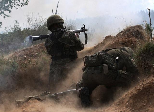 Binh sĩ Ba Lan sử dụng súng chống tăng RPG-7 trong cuộc tập trận bắn đạn thật tại thao trường Bemoko Piskie.
