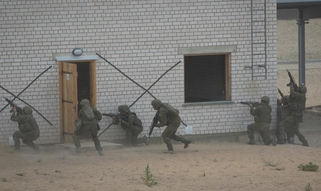 Tập trận Saber Strike 2018 quy tụ khoảng 18.000 binh sĩ từ 19 nước thành viên NATO và các đối tác. Đây là dịp để tăng cường khả năng sẵn sàng tác chiến và huấn luyện của các lực lượng NATO. Trong ảnh: Các binh sĩ diễn tập tấn công một thị trấn giả định ở Lithuania trong khuôn khổ tập trận Saber Strike.
