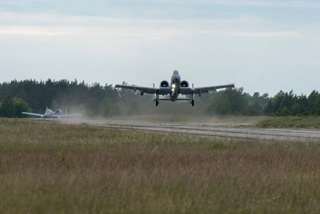 Một máy bay A-10 của Không quân Mỹ luyện tập khả năng hạ cánh xuống đường băng gồ ghề ở Haapsalu, Estonia trong cuộc tập trận Saber Strike.