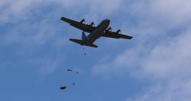 Các binh sĩ Mỹ thuộc Đội Vệ binh Lục quân Pennsylvania và các binh sĩ thuộc Quân tình nguyện Phòng vệ Quốc gia Lithuania nhảy dù từ máy bay vận tải C-130 ở Rukla, Lithuania.