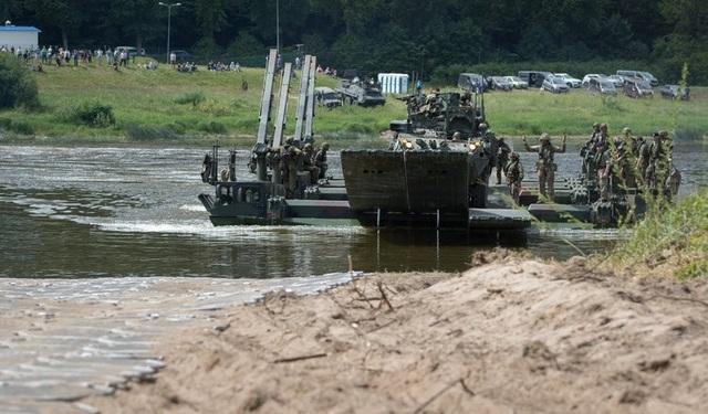 Lính Đức và Anh diễn tập kỹ năng vượt qua sông Nemen gần Kulautuva, Lithuania bằng phương tiện đặc biệt trong cuộc tập trận Saber Strike 2018.