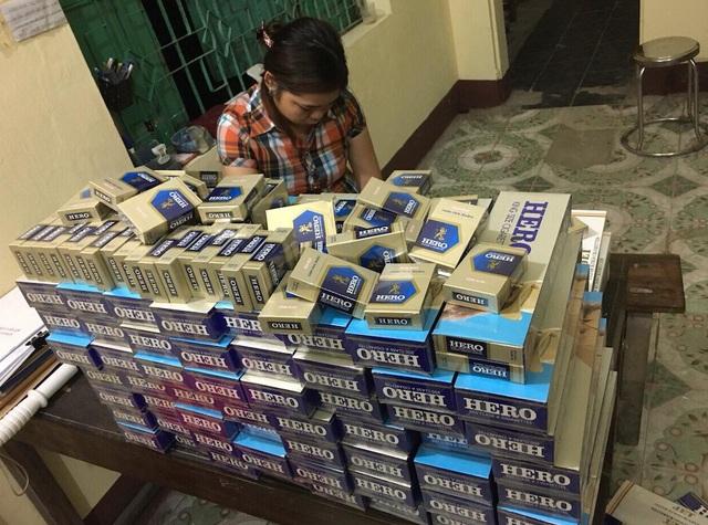 Lực lượng chức năng phát hiện trên xe có 1 va ly và 2 túi xách của hành khách để trên buồng khách, bên trong chứa 600 bao thuốc lá nhãn hiệu hero và 200 bao thuốc lá nhãn hiệu Zet.