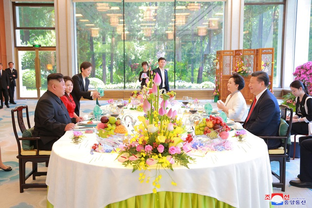 Ông Tập Cận Bình và phu nhân đón tiếp ông Kim Jong-un và phu nhân tại Bắc Kinh. (Ảnh: Reuters)