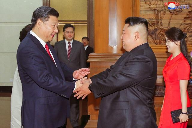 Chủ tịch Tập Cận Bình nắm tay ông Kim Jong-un tại Bắc Kinh ngày 20/6 (Ảnh: Reuters)