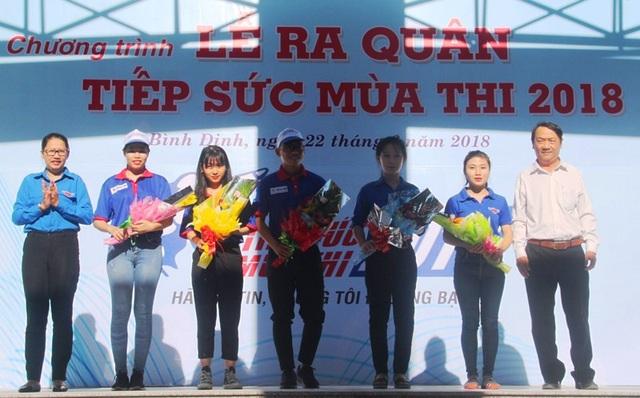Tỉnh đoàn, Hội Sinh viên Việt Nam tỉnh Bình Định tặng hoa cho các đội thanh niên tham gia tình nguyện Tiếp sức mùa thi năm 2018.