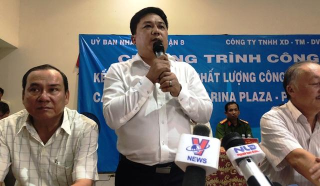 Ông Trần Quang Hải, Giám đốc Công ty TNHH Hùng Thanh thông tin đến người dân về tiến trình sửa chữa chung cư.