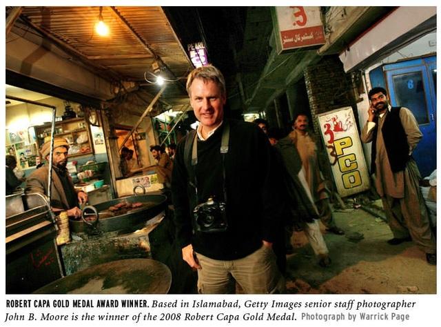 John Moore, nhiếp ảnh gia nổi tiếng với những tác phẩm để lại cảm xúc đặc biệt cho người xem.