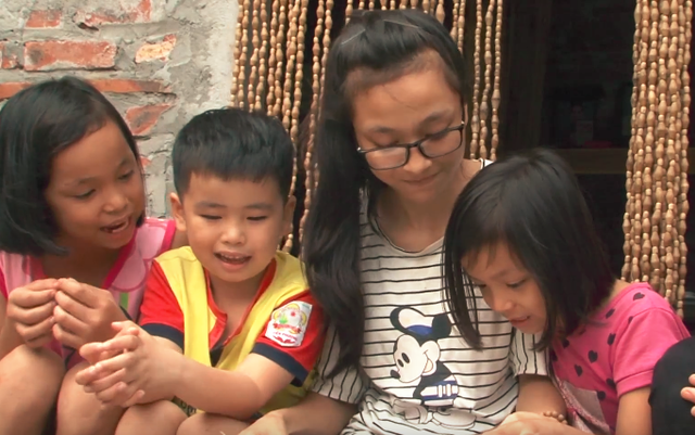 Tống Thị Định (thứ hai từ phải sang) là học sinh lớp 12, Trường THPT Cao Bá Quát, Hà Nội.