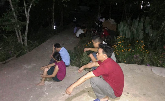 Người dân đến chia buồn cùng gia đình nạn nhân.