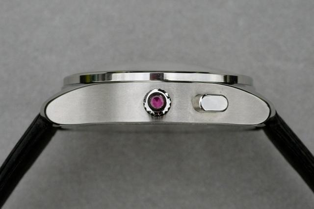 Viên hồng ngọc được đính lên núm điều chỉnh của đồng hồ