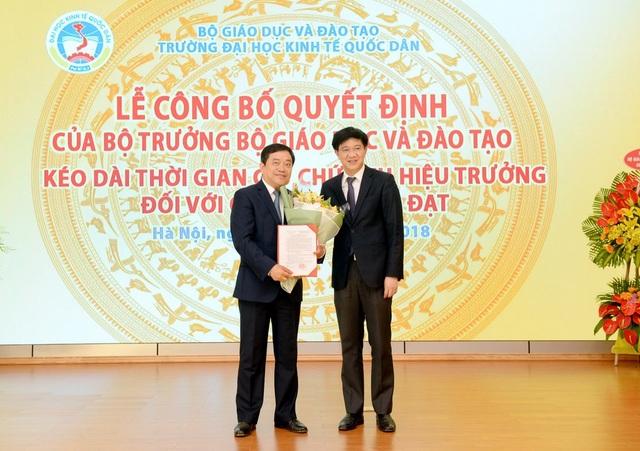 Ông Trịnh Xuân Hiếu, Vụ trưởng Vụ TCCB, Bộ GD – ĐT trao Quyết định kéo dài thời gian quản lý hiệu trưởng trường ĐH Kinh tế quốc dân với GS.TS Trần Thọ Đạt.