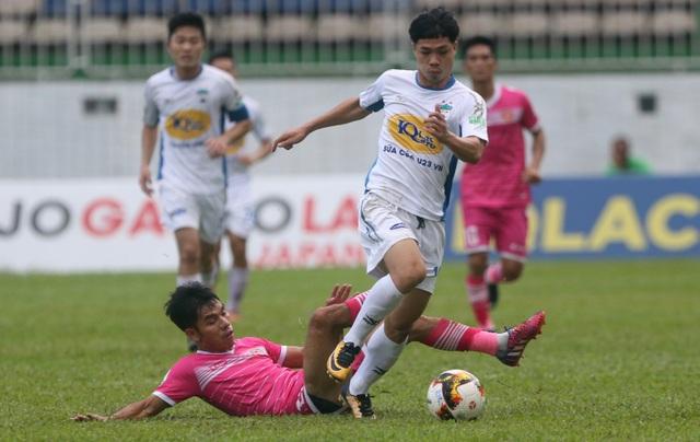 Công Phượng trong tình huống vượt qua hậu vệ Sài Gòn FC