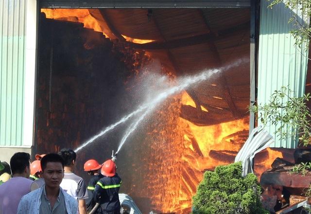 Lửa cháy dữ dội trong kho gỗ
