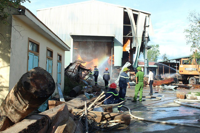 Hàng chục lính cứu hỏa nỗ lực cứu kho gỗ đang cháy dữ dội - 2
