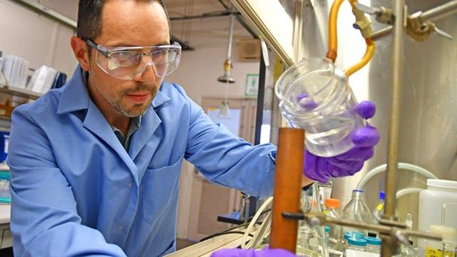 Nhà hóa học vật liệu nổ David Chavez thực hiện nghiên cứu trong phòng thí nghiệm quốc gia Los Alamos.