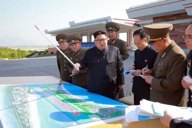 Nhà lãnh đạo Kim Jong-un thị sát công trình xây dựng khu du lịch Wonsan-Kalma (Ảnh: AFP)