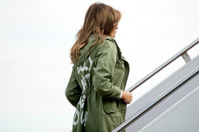 Bà Melania mặc áo khoác xanh với dòng chữ Tôi không quan tâm. (Ảnh: Reuters)